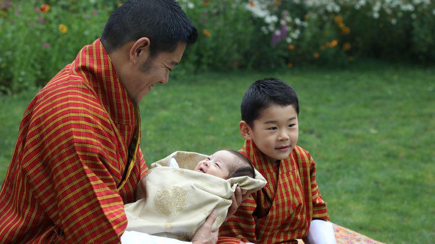 König Jigme Khesar Namgyel Wangchuck und seine beiden Söhne in Thimphu im Mai 2020