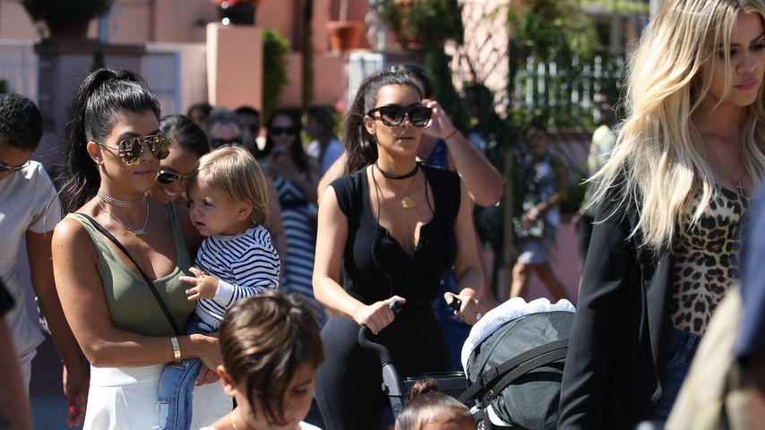 Kourtney, Kim und Khloe Kardashian mit ihren Kids