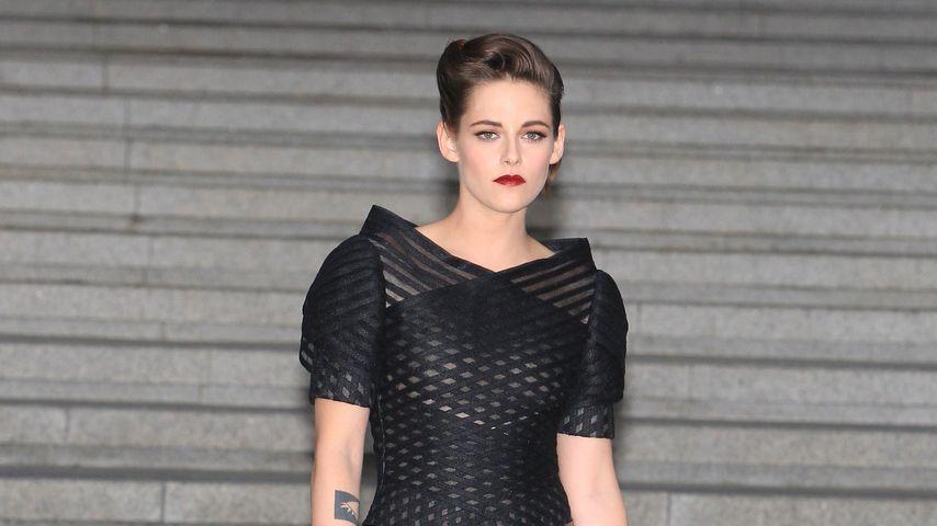 Kristen Stewart fühlt sich unwohl! Liegt's an ihrem Kleid?