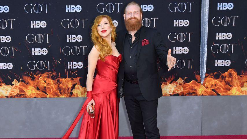 Kristofer Hivju mit seiner Frau in New York