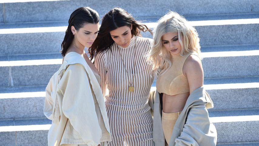 Kim Kardashian mit ihren Schwestern Kylie und Kendall bei einer Veranstaltung 2016