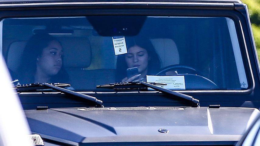 Kylie Jenner mit Handy am Steuer erwischt!