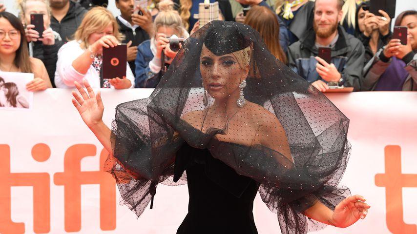 Bei Premiere: Lady Gaga als schwarze Witwe auf Red Carpet