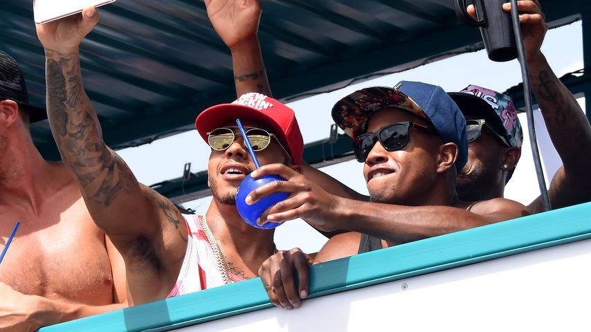 """Lewis Hamilton auf dem """"Barbados Kadooment Day"""" beim Feiern mit seinen Kumpels"""