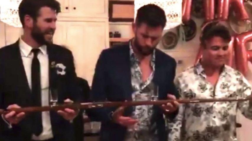 """Liam und Chris Hemsworth nehmen einen """"Shotski"""""""