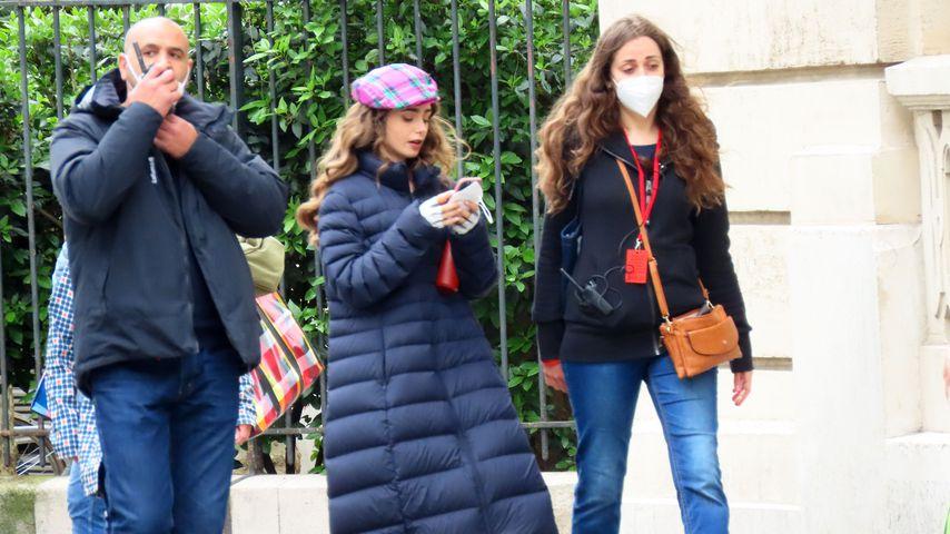 """Schauspielerin Lily Collins am Set von """"Emily in Paris"""""""