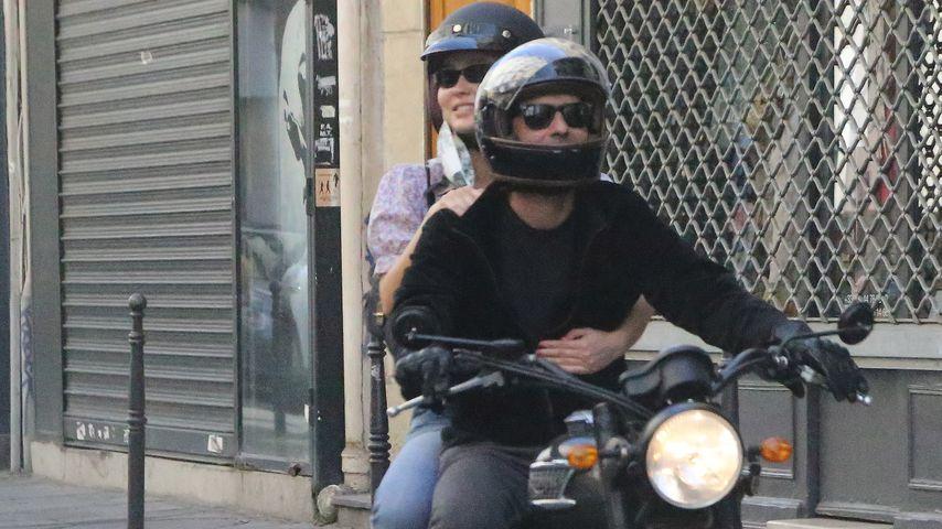 Lily-Rose Depp und ihr Stiefvater Samuel Benchetrit in Paris im Mai 2020