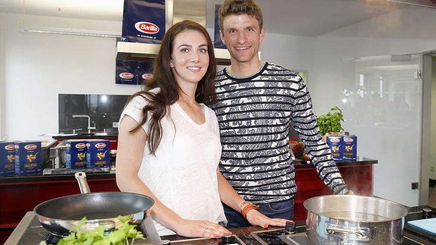 Thomas Müller & Lisa kämpfen kuschelnd gegen den Sturm