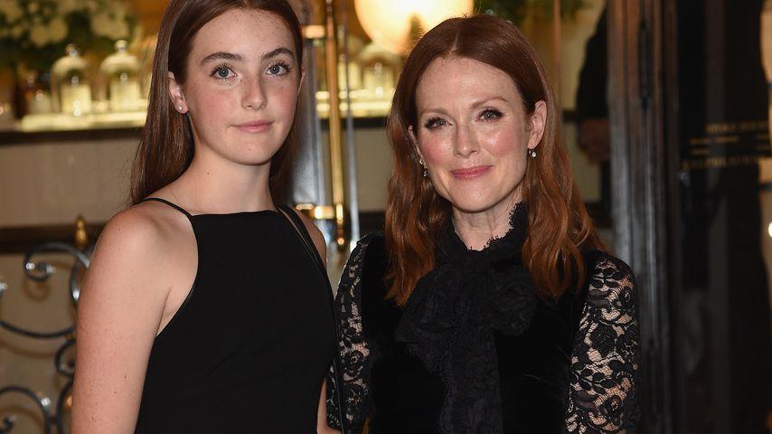Liv Freundlich und ihre Mutter Julianne Moore auf der Fashion Week in NYC im September 2016