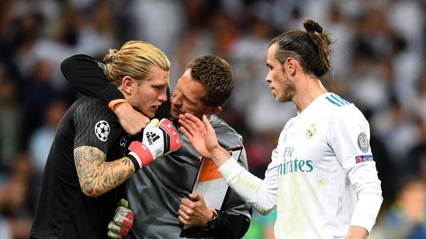 Liverpool-Keeper Loris Karius mit Kollegen von Real Madrid nach dem verpatzten CL-Finale 2018