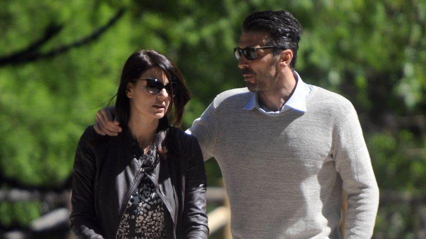 llaria D'Amico und Gianluigi Buffon mit ihrem Sohn unterwegs in Mailand