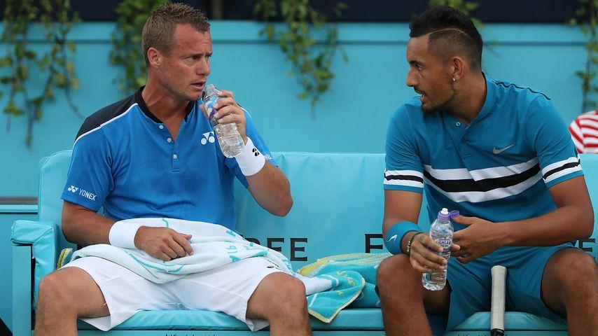 Lleyton Hewitt und Nick Kyrgios mit Wasserflaschen auf der Bank