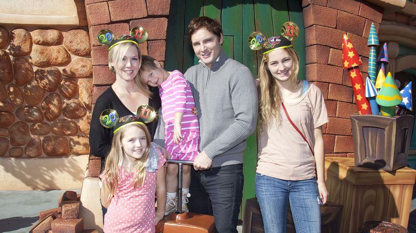 Jennie Garth und Peter Facinelli mit ihren Kindern im Disneyland Park 2011