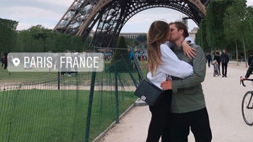 Verliebt in Paris? Model Lorena Rae knutscht vorm Eiffelturm