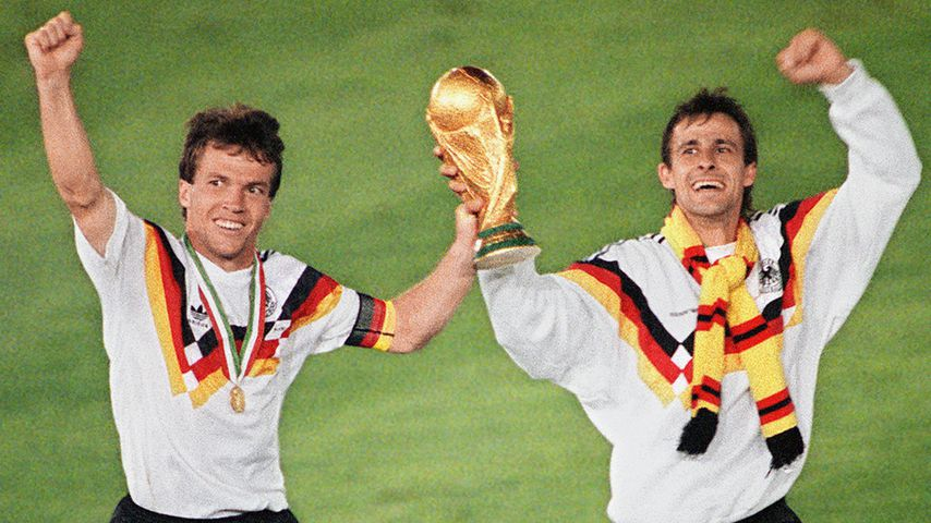 Lothar Matthäus und Pierre Littbarski nach dem WM-Finale 1990