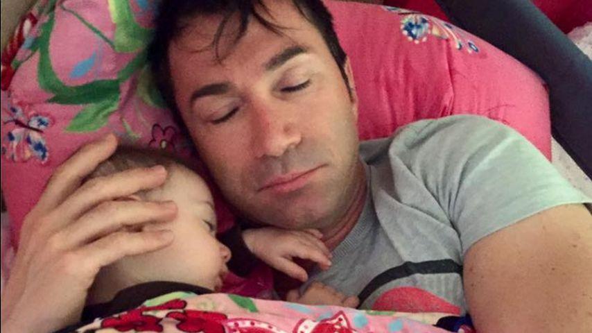 Süßer Morgen-Gruß: Sophia Cordalis schlummert in Papas Armen