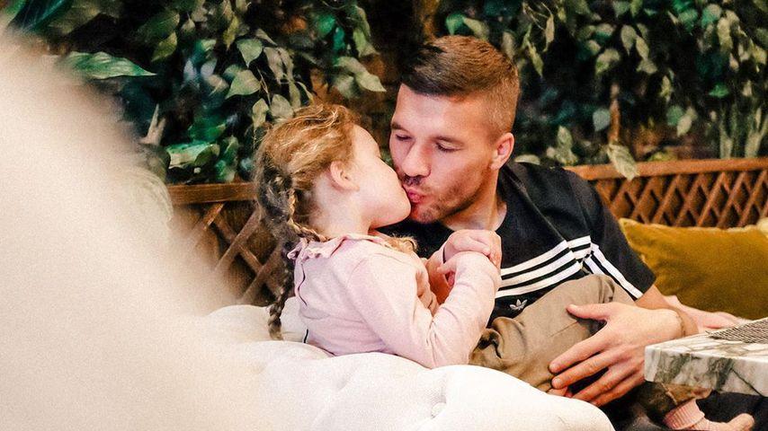 Wie Schweiger und Beckham: Poldi küsst Tochter auf Mund