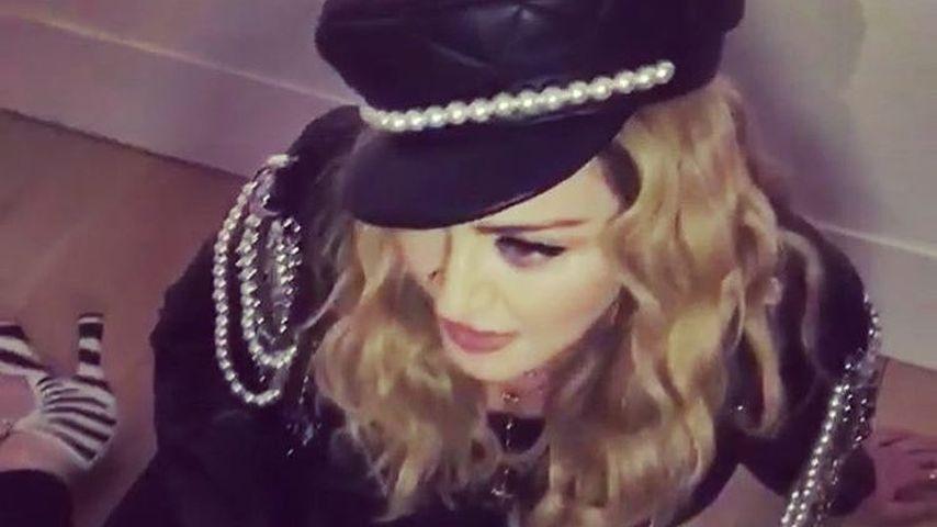 Betrunken? Madonna verwirrt Party-Gäste mit Boden-Übungen
