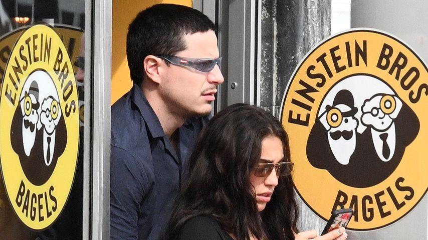 Madonnas Tochter Lourdes mit einem Unbekannten in Miami