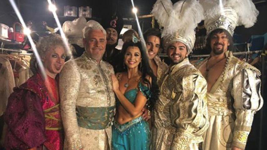 Mandy Capristo (m.) mit ihren Schauspielkollegen