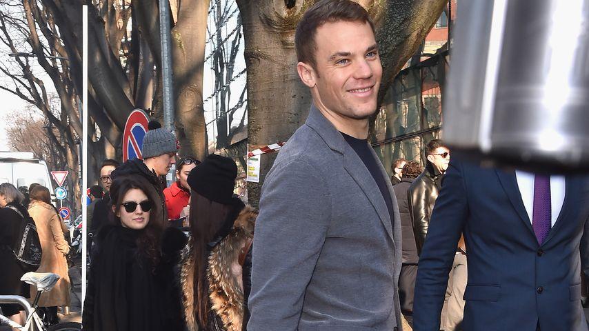 So elegant besucht Manuel Neuer eine Modenschau