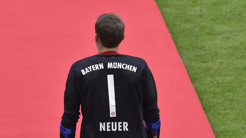 Manuel Neuer mit Krücken beim Fußball