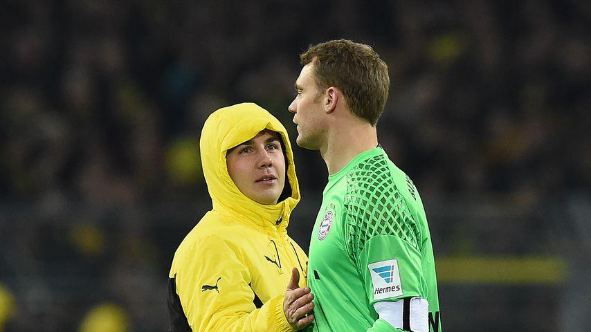 Mario Götze und Manuel Neuer nach einem Bundesligaspiel zwischen dem FC Bayern und Borussia Dortmund