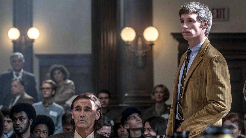 """Mark Rylance und Eddie Redmayne in einer Szene aus """"The Trial of the Chicago 7"""""""