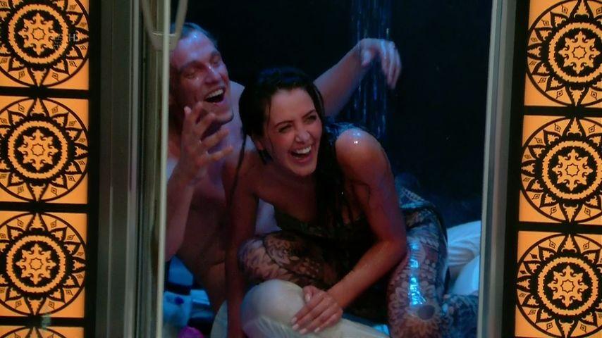 Marnie Simpson und Lewis Bloor in der Dusche