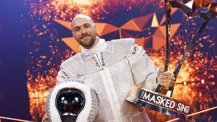 "Max Mutzke mit dem ""Masked Singer""-Pokal"