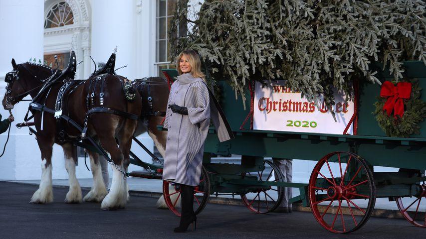 Melania Trump mit dem Weihnachtsbaum vor dem Weißen Haus