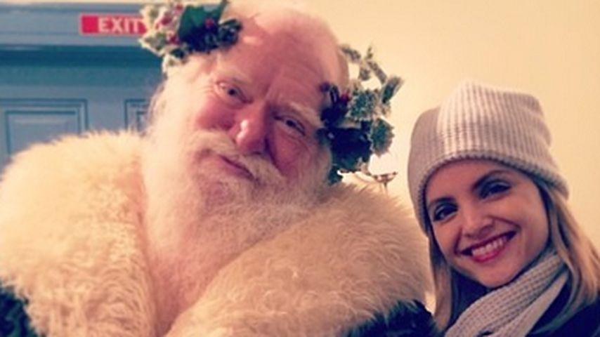 Wie süß: Mena Suvari trifft den Weihnachtsmann