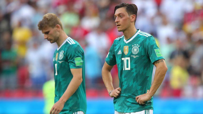 Mesut Özil und Timo Werner (l.) nach dem Vorrunden-Aus gegen Südkorea