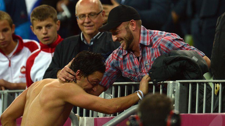 Mesut Özil und sein Vater Mustafa im Jahr 2012
