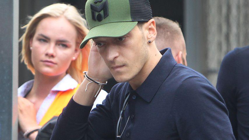 Mesut Özil nach der WM 2018 am Frankfurter Flughafen