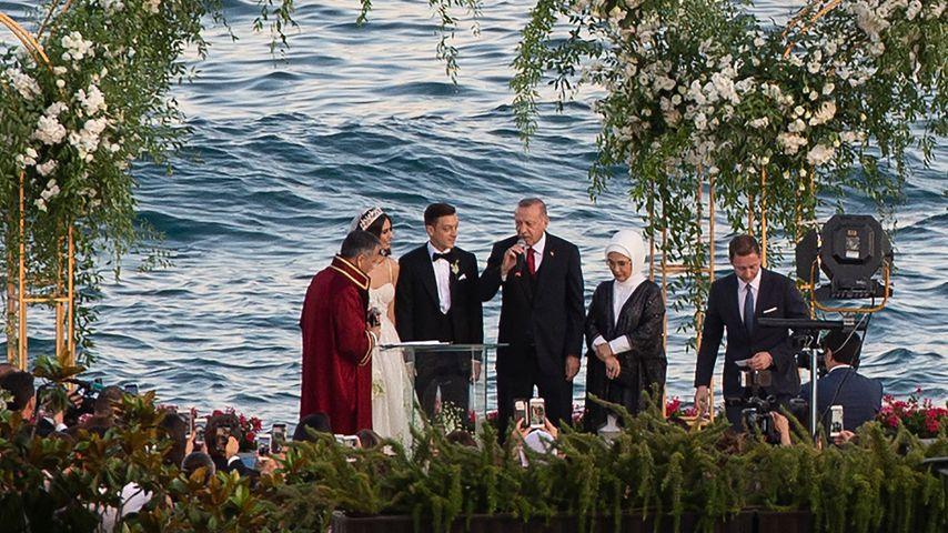 Mesut und Amine Özil mit Recep Tayyip Erdogan bei ihrer Hochzeit