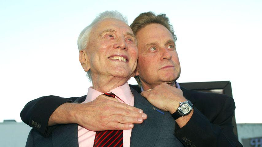 """Kirk und Michael Douglas bei der Premiere von """"It Runs In The Family"""", 2003"""
