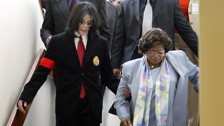 Michael Jackson mit seiner Mutter Katherine im April 2004 in Santa Maria