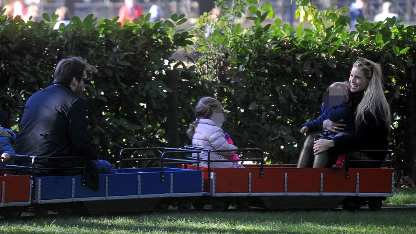 Michelle Hunziker, Tomaso Trussardi und Töchter in einem Park in Mailand
