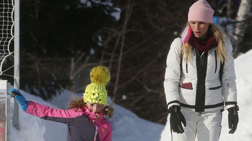 Michelle Hunziker mit ihrer Tochter auf einer Eislaufbahn, Februar 2021