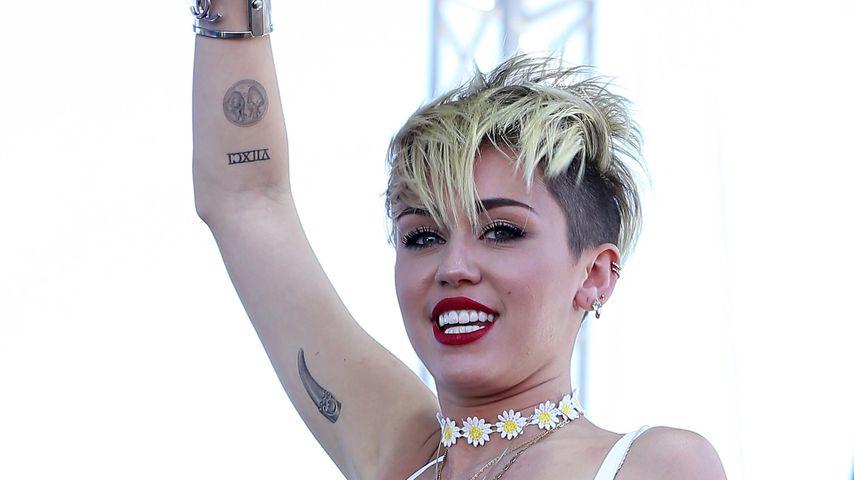Miley Cyrus: Mutiger Fallschirmsprung in die Wüste