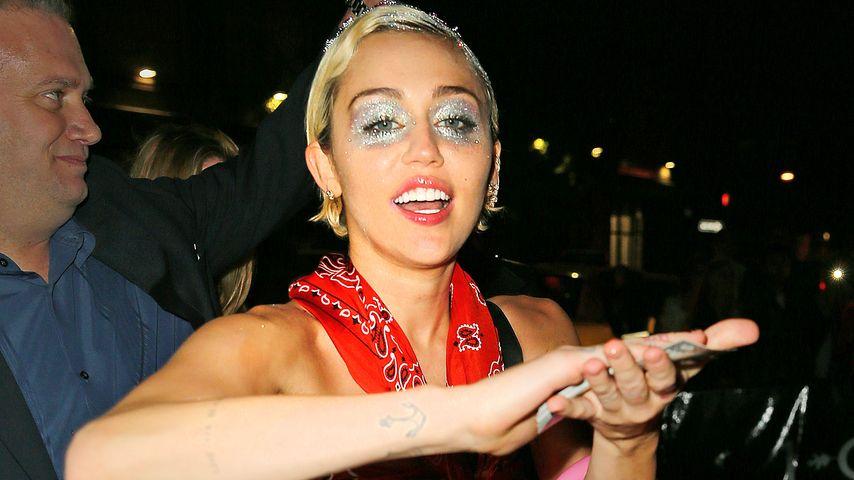 Miley Cyrus feiert hart: Glitter muss Augenringe verdecken