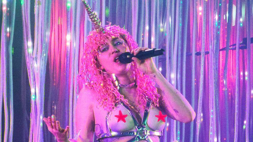 Mit Dildo & Plastikbrüsten: Miley Cyrus' versexte Bühnenshow