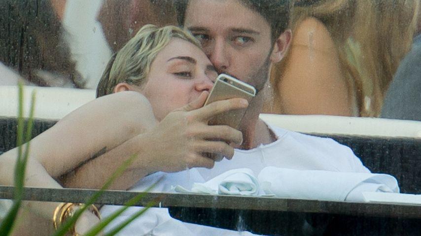 Turtel-Bild: So verliebt kuscheln Miley & Patrick!