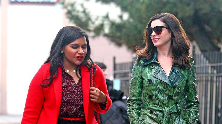 """Mindy Kaling und Anne Hathaway am Set von """"Oceans Eight"""""""
