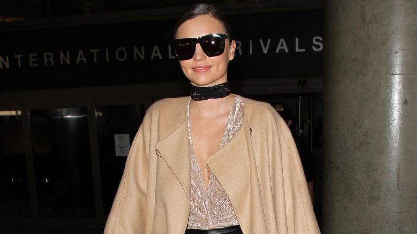 Miranda Kerr im Strickmantel am Flughafen