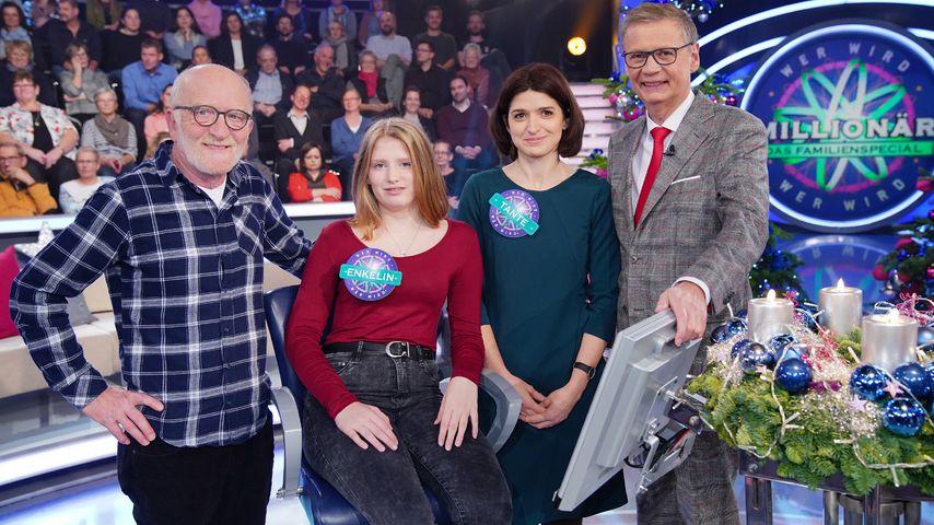 """Moderator Günther Jauch mit Familie Kleefuß/Treib bei """"Wer wird Millionär? - Das Familienspecial"""""""