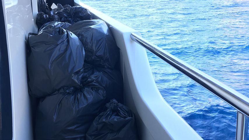 Müllsäcke auf einem Schiff in Griechenland