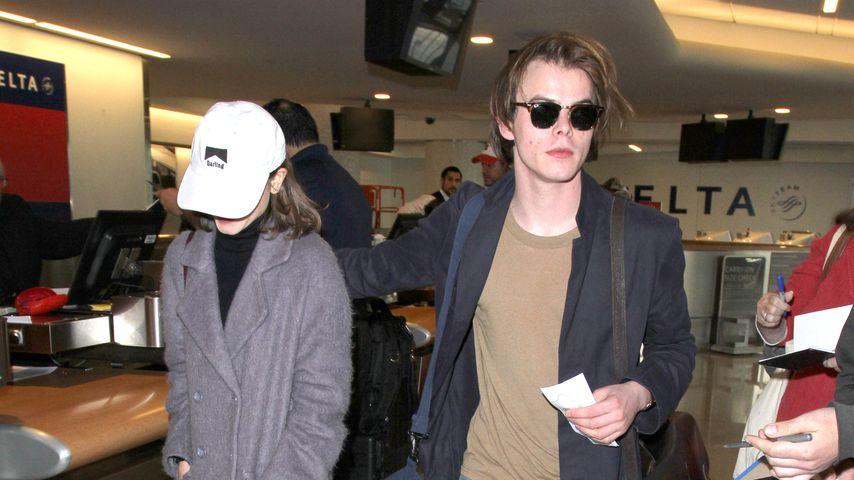 Natalia Dyer und Charlie Heaton am Flughafen
