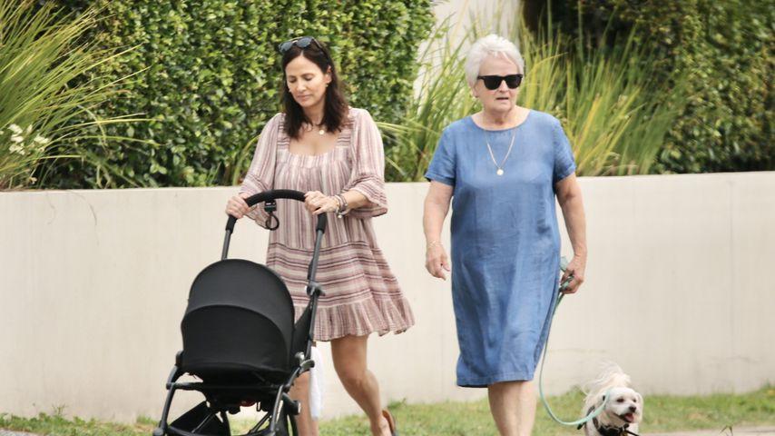 Natalie Imbruglia beim Spaziergang mit Baby und ihrer Mutter